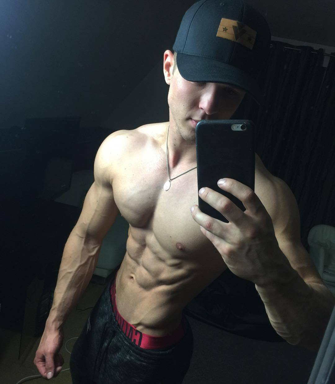 sexy-shirtless-muscle-hunk-joe-dahler-selfie