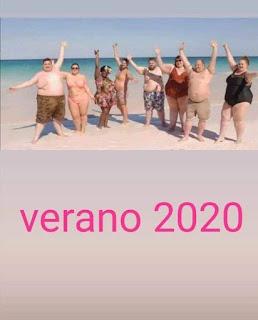 Varias personas gordas en la playa