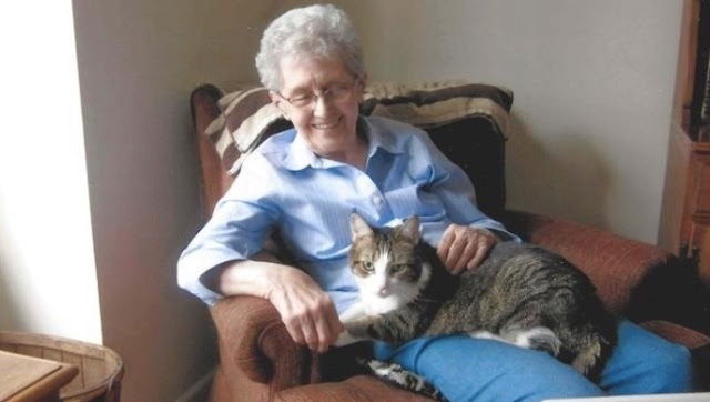 A Elderly Woman and Her Cat Were Inseparable, in Life and in Death