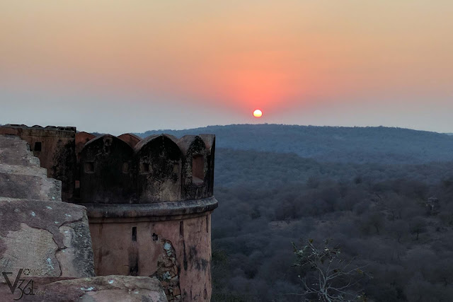 Mesmerizing view of the sunset through the Aravalli hills as seen from Jaigarh fort