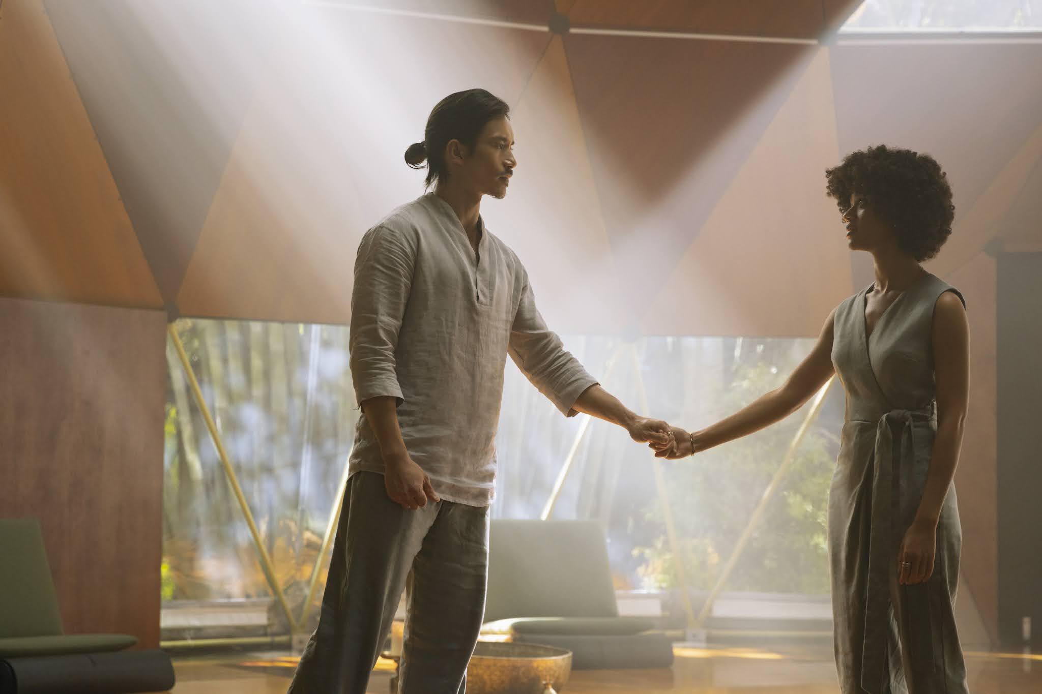 Manny Jacinto y Tiffany Boone en una escena de 'Nine Perfect Strangers', la nueva miniserie de David E. Kelly para AmazonPrime Video