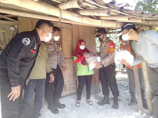 Polsek Jati Bagikan Bansos Paket Sembako Gandeng Elemen Masyarakat