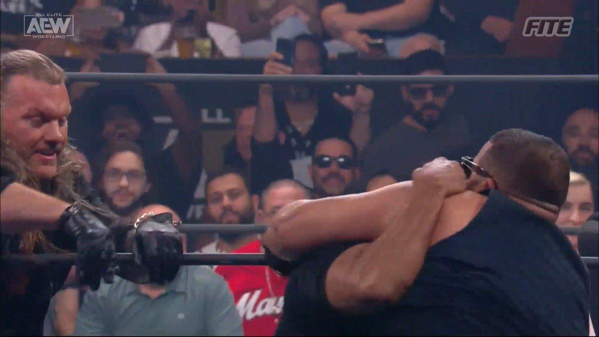 Fã tentou invadir o ringue durante o AEW Road Rager