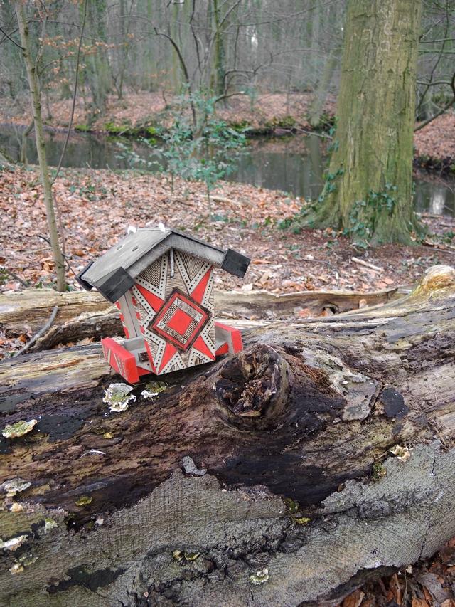een houtbranderproject met een vogelvoederhuisje