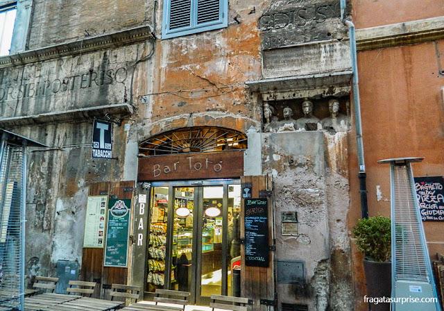 Vestígios da Antiguidade na fachada de um bar do Ghetto