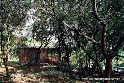 Casa cabaña de concreto y madera con paredes cubiertas por policarbonato