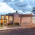 Fachada de casa térrea com ripado de madeira iluminado + muro de vidro!