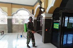 Sambut Ramadhan Babinsa Koramil Ceper Lakukan Penyemprotan Disinfektan di Masjid
