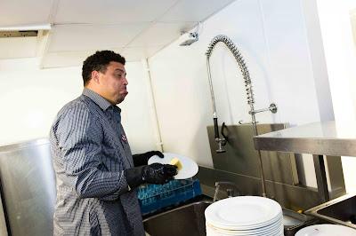 Ronaldo fenômeno lavando louça.