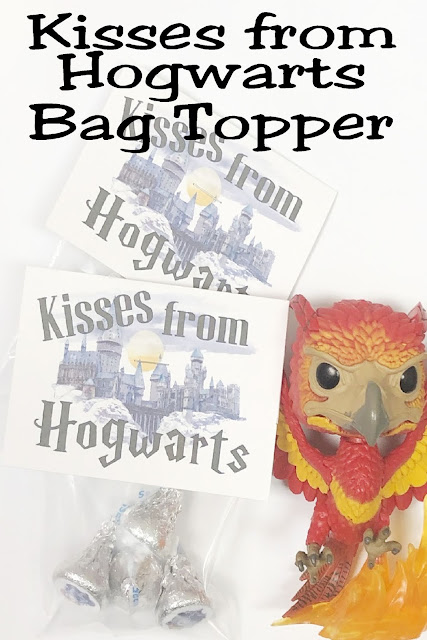 Print out these free Harry Potter bag toppers for a quick and easy party favor for your Harry Potter party. With cute Hershey kiss labels and a fun Hogwarts background, these are the perfect treat for your get together.  #harrypotterpartyfavor #printablebagtopper #diypartymomblog