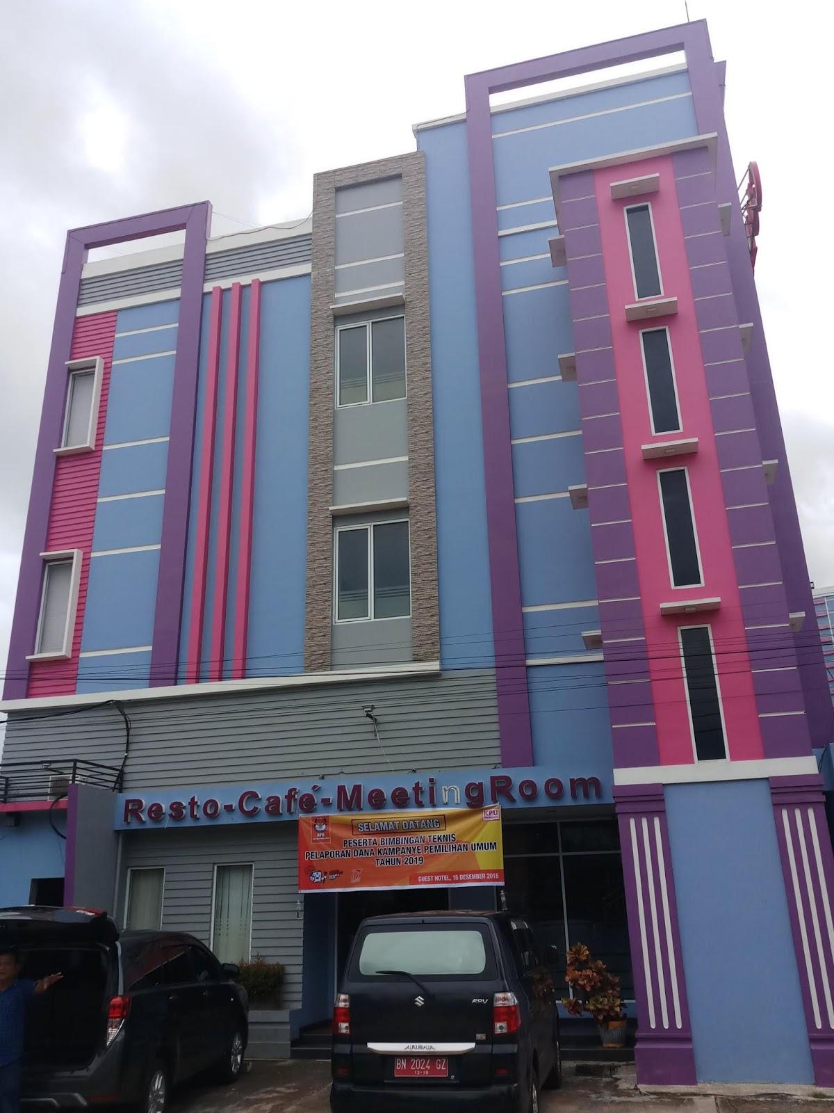 Terbukti dari tahun pengoperasian hotel dengan aksen cat warna ungu fd7df1acd9