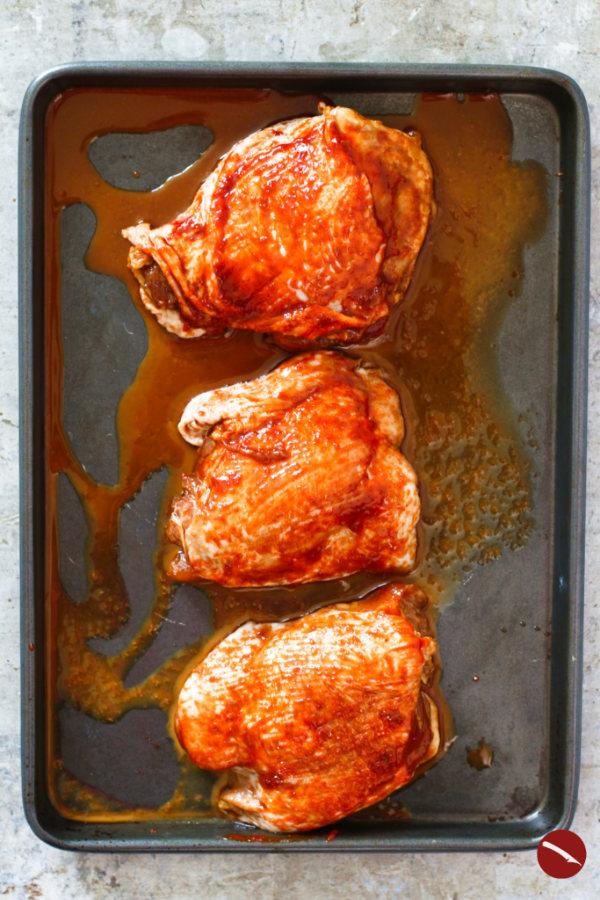 Spicy Korean Chicken Thighs in Gochujang Sauce. Rezept für saftige Gochujang-Hähnchenkeulen in der berühmten koreansichen Marinade + der Trick wie das Hähnchenfleisch so zart wird wie beim Chinesen! #gochujang #hähnchen #hühnerfleisch #hähnchenkeulen #oberkeulen #besonders_zart #marinade #backofen #blech #koreanisches #mariniertes #chicken #chickenwings #hähnchenschenkel #knusprig #im_ofen #knusprige #rezept #gerichte #mit_ofengemüse #mit_soße #römertopf #vom_blech #grillen #foodblog #foodstyling #foodphotography
