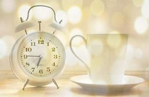 sveglia e tazza di te al mattino
