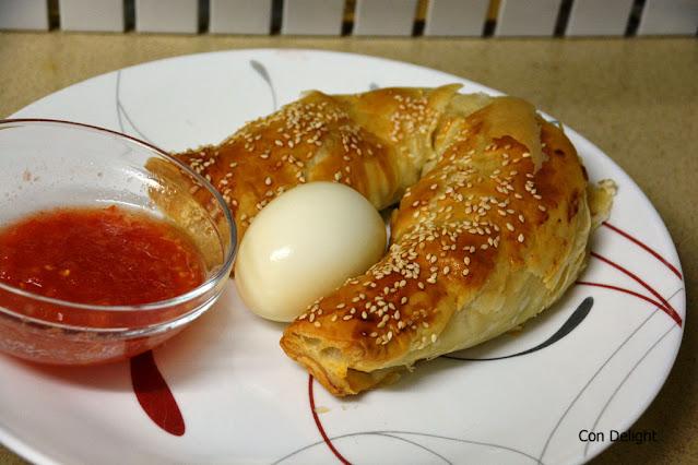 מאפה זיוה ביתי מוגש בצלחת עם ביצה קשה ועגבניות מרוסקות