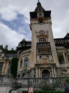 La escritora Déborah F. Muñoz en el castillo de Peles, viaje a Rumanía