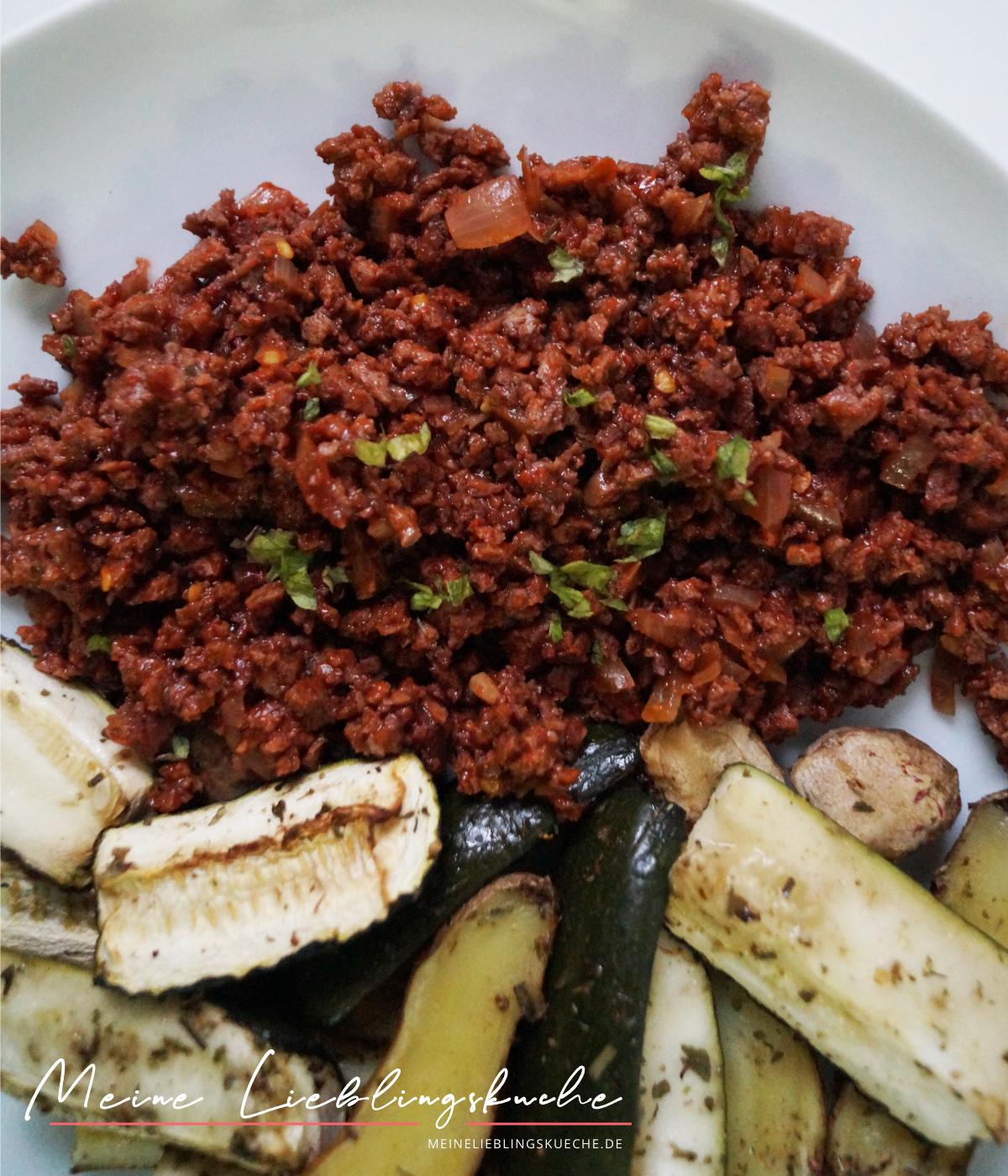 Soja-Tomaten Ragout mit Kartoffelecken und Zucchinispalten