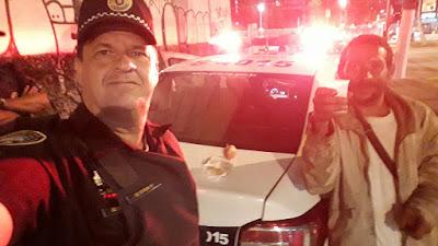 Guardas civis dividem lanche com morador de rua (Aliada, Protetora e Amiga!)