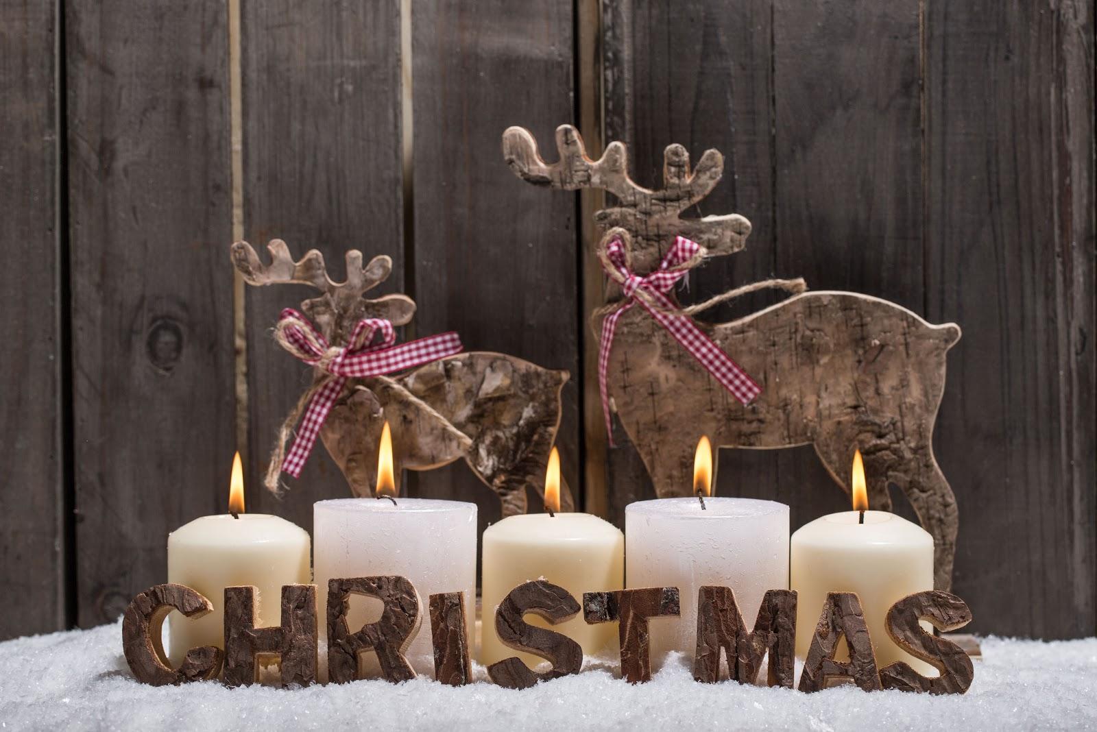 candele bianche, renne, scritta natale, legno