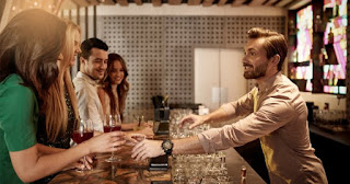 Barman intrattiene il cliente