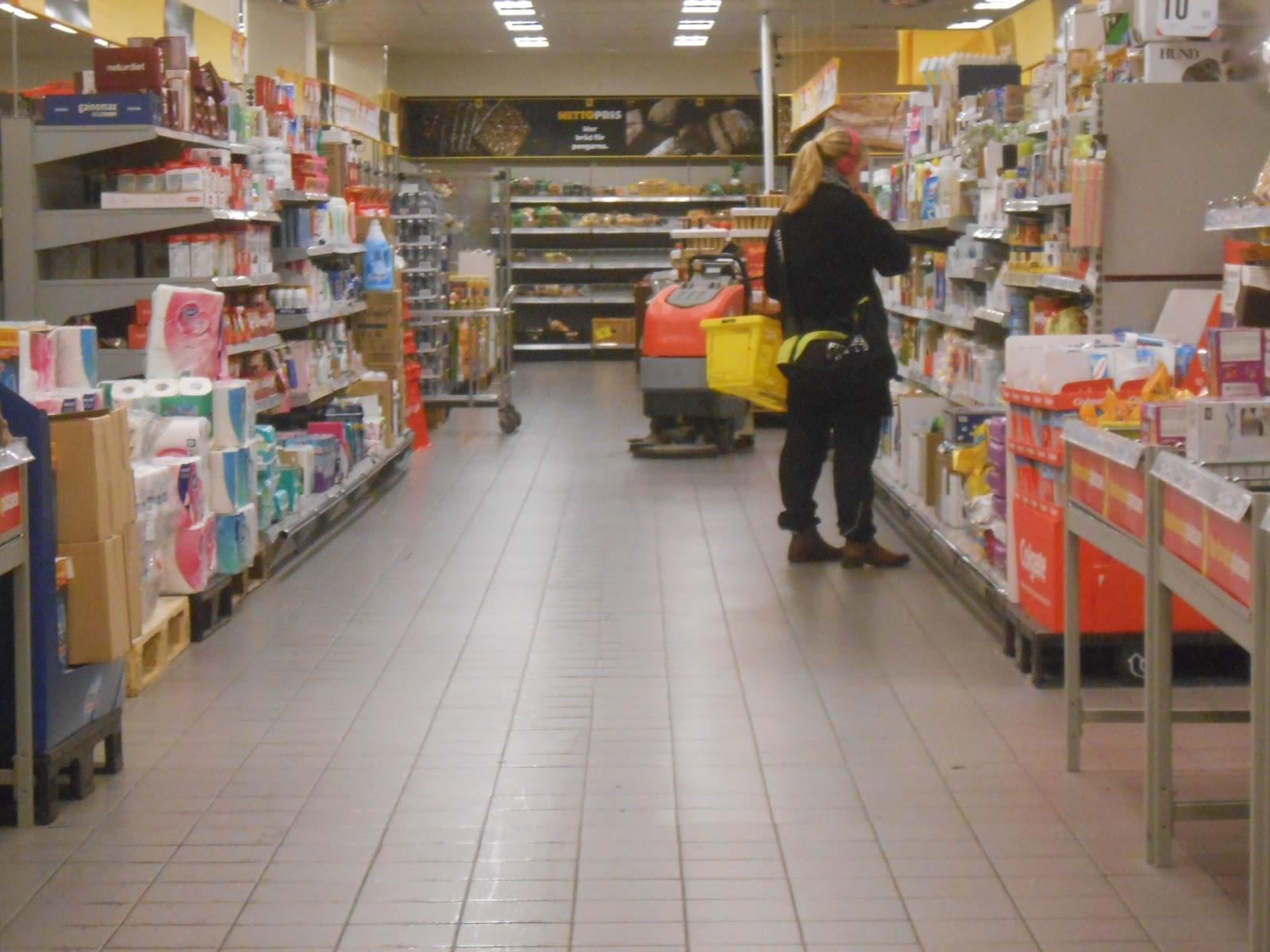 000fe637146b Vid halvåttasnåret brukar det inte vara så mycket kunder, kön växer sig  ändå lång då personalen är upptagen med städning och kassan står tom.
