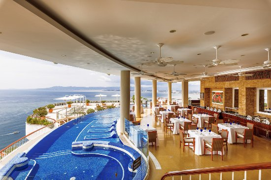 Here, from the highest point in Puerto Vallarta and Banderas Bay, Grand Miramar Hotel & Spa, enjoys an incomparable panoramic view of the Pacific.