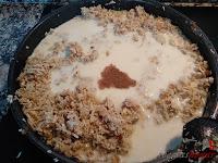 Pechuga cocida trozeada con cebolla y con leche y nuez