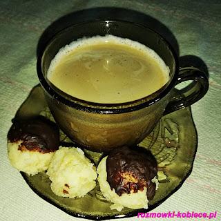 Filiżanka z kawą i kokosowe kulki na talerzyku