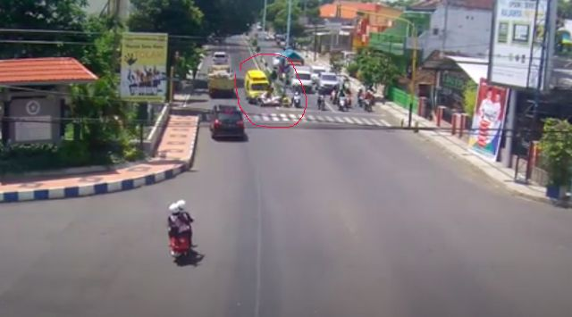 Mengerikan! Video Ambulans Tabrak Polisi di Banyuwangi
