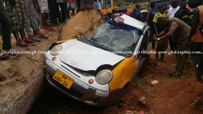 (Photos) : Timber truck crashes taxicab in Kumasi Sofoline interchange