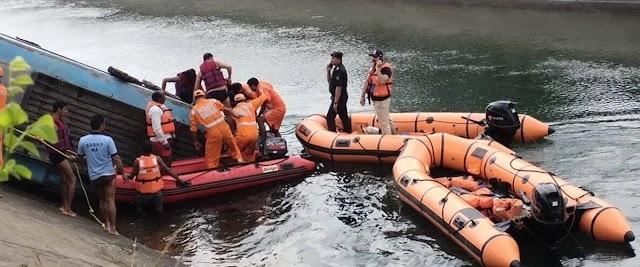 যাত্রীবাহী একটি বাস নিয়ন্ত্রণ হারিয়ে খালে পড়ে অন্তত ৩৭ জন নিহত ভারতে