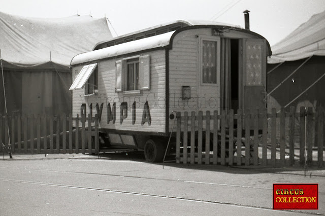 petite roulotte d'habitation avec deux fenêtres par cotés