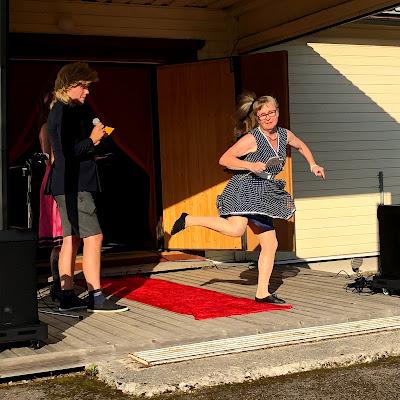 Lavalle tanssahtelee vauhdikkaasti missikandidaatti, joka käytti taiteilijanimeä Pörketta Mallinen.