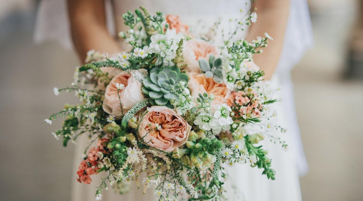 Risultati immagini per bouquet in armonia con abito sposa