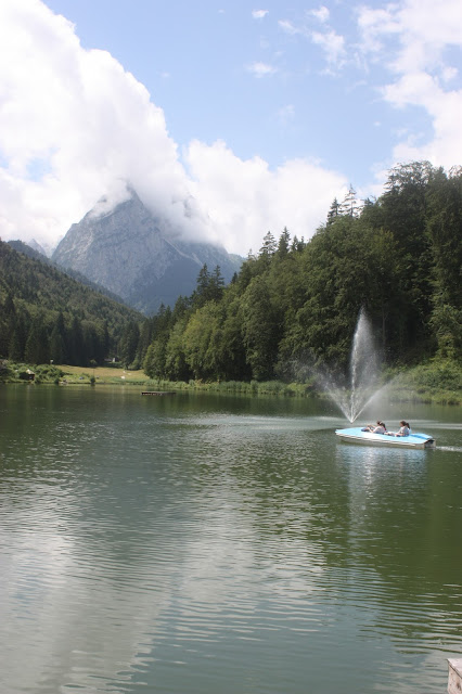 Bootsfahrt auf dem sommerlichen Riessersee in Garmisch-Partenkirchen, Urlaub in Bayern am See