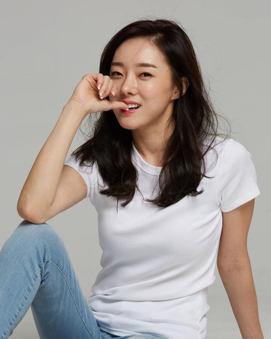 Son Ye-jin cewek manis pose gigit jari