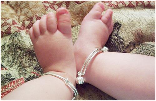 Nguy hiểm từ việc đeo vòng bạc tránh gió cho con các mẹ cần biết