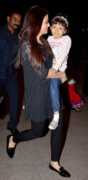 Walking pic of aishwarya with her daughter Aradhya bachchan