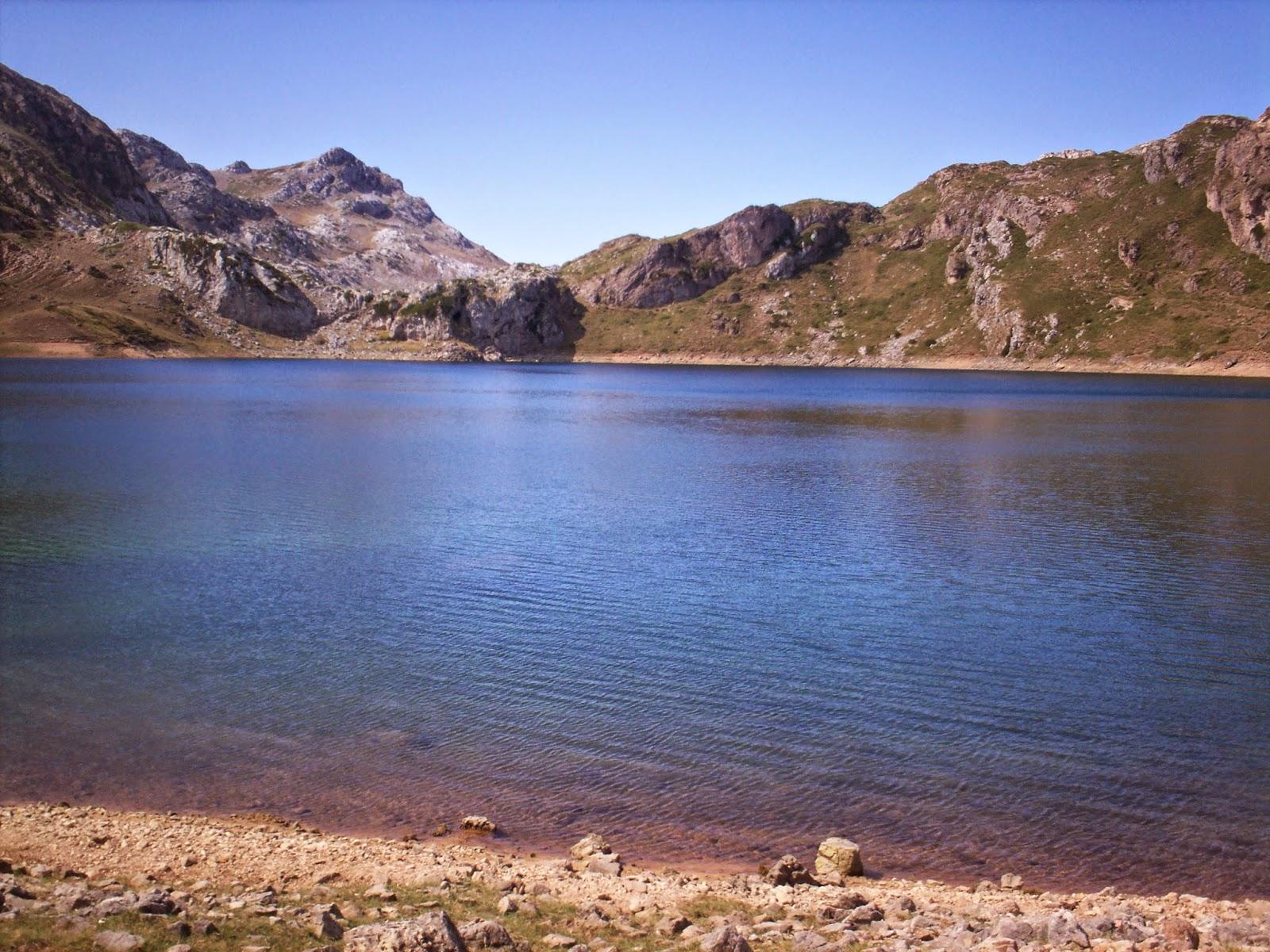 Remanso de paz en el Lago Calabazosa en Somiedo.