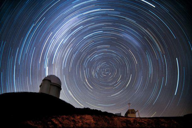 Universo filmado e acelerado mostrando estrelas girando