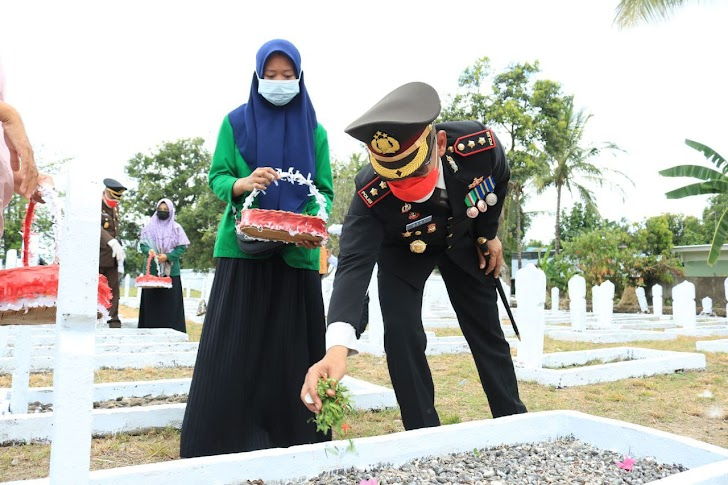 Kapolres Takalar Bersama Forkopimda Tabur Bunga di TMP Polongbangkeng dalam Rangka HUT RI Ke-76