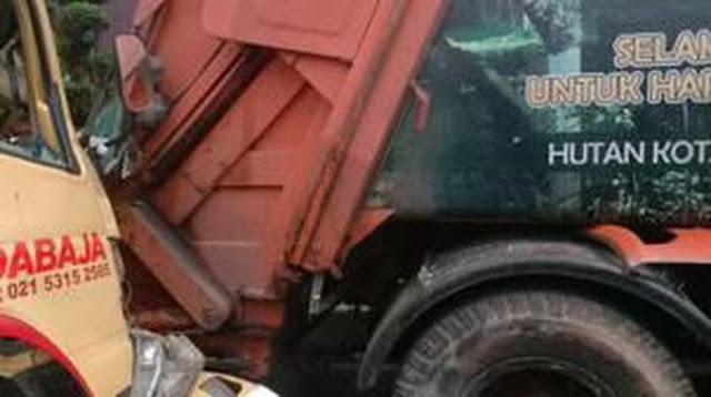 Truk Bermuatan Bata Tabrak Truk Sampah di Jl Gatot Subroto, 1 Orang Tewas
