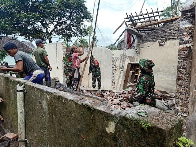 Peduli Sesama, TNI di Pasrujambe Bantu Bersihkan Rumah Terdampak Gempa
