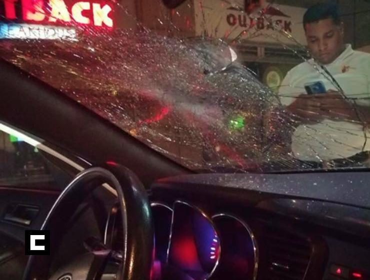 """Limpia vidrios rompe con un """"peñón"""" el cristal del vehículo de una mujer por negarse a que lo limpiara"""