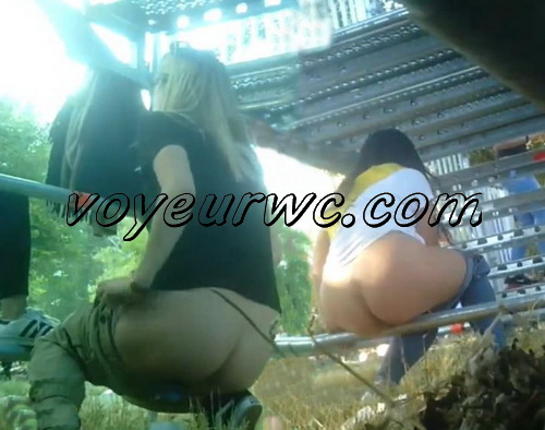Girls Gotta Go 187-188 (Voyeur pee videos - Drunk spanish chicks peeing in public at festival)