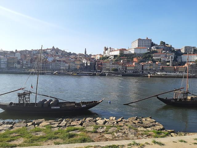 2 barcos rabelos  no rio Douro e cidade do Porto