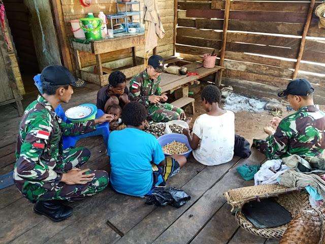 Prajurit TNI Bantu Warga Perbatasan Olah Kemiri