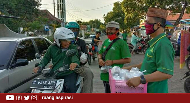 Di Tengah Pandemi COVID-19, PAC GP Ansor Kapongan Bagi-Bagi Takjil