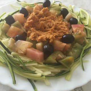 Ensalada de calabacin y tomate con hummus