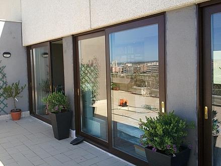 Puertas para balcones cerramientos terrazas persianas y toldos - Persianas para balcones ...