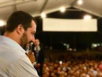 Le ministre italien de l'Intérieur a créé un immense buzz sur les réseaux sociaux, en apparaissant à une fête de la Lega dans un style très décontracté.